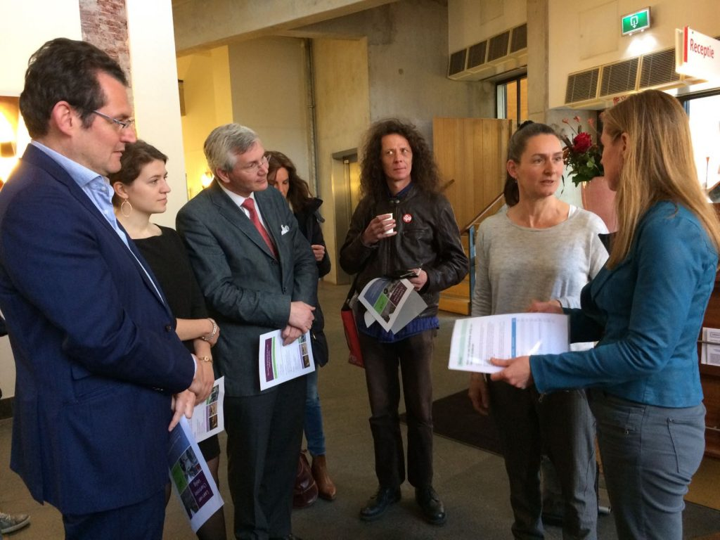 De bewoners van de Laan van Chartroise hebben 6 april op het stadhuis een petitie voor een veilige laan aan verkeerswethouder Lot van Hooijdonk aangeboden.